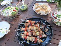 Värikkäät broilerivartaat grillissä. Reseptin valmisti Kotikokki.netin nimimerkki Mailo