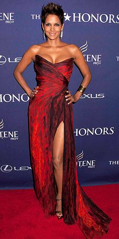 Last Night's Look: Love It or Leave It? - Halley Berry in a Monique Lhuillier gown, accessorized with Karine Sultan jewels and Brian Atwood h - Estilo Halle Berry, Halle Berry Style, Halle Berry Hot, Monique Lhuillier, Gorgeous Women, Beautiful People, Hally Berry, Beautiful Dresses, Nice Dresses