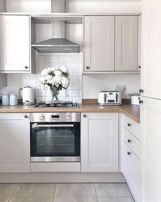 Howdens Joinery Burford kitchen in cashmere, modern country kitchen - All For Decoration Home Decor Kitchen, Kitchen Furniture, Kitchen Interior, New Kitchen, Home Kitchens, Kitchen Post, Awesome Kitchen, Howdens Kitchens, Small Kitchen Diner
