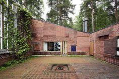 Le Corbusier, Mies Van der Rohe, and Alvar Aalto- Modern residential house. Alvar Aalto, Types Of Bricks, Architecture Résidentielle, Casa Patio, Villa, Brick And Stone, Brickwork, Le Corbusier, Mid Century House