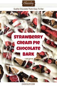 Strawberry Cream Pie Chocolate Bark Recipe This delicious no bake strawberry chocolate bark recipe was inspired by old fashioned strawberry cream pie The homemade chocola. Strawberry Cream Pies, Strawberry Recipes, Fruit Recipes, Baking Recipes, Sweet Recipes, Snack Recipes, Homemade Chocolate Bark, Chocolate Candy Recipes, Delicious Chocolate