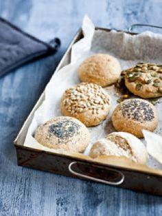 Rouhesämpylät ovat oiva kumppani salaatin kera. Hamburger, Bread, Food, Hamburgers, Breads, Hoods, Meals, Bakeries, Burgers