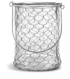 Deze hippe kaarshouder is gemaakt van helder glas en kippengaas. Hij is 21 cm hoog en heeft een diameter van 15 cm. Geschikt voor een waxinelichtje of een mooie grove kaars in een fel kleurtje.    Gebruik het handige handvat om hem op te hangen in de tuin. Je kunt hem zelfs als lantaarn gebruiken!