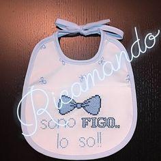 Un benvenuto originale e spiritoso a Samuele.. Con tanto affetto. #babyboy #bavaglia #modestiaAParte #puntoCroce #puntoCrocebaby #crossstich Cross Stitch Embroidery, Cross Stitch Angels, Dots