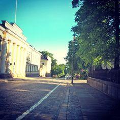 Helsinki kesäaamuna #unioninkatu #Helsinki #kesä #kesäkatu #rauhallista #cityscape  #citywalk #citylife #quiettime #morning #morninglight #bluesky #summerweather #summer #travel #travelingram #instapic