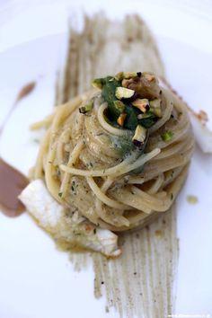 Spaghetti alla colatura di alici, calamaro e pesto del suo quinto quarto con pistacchi e limone BY #Chef Gennaro Esposito - 2* #Michelin #ViaggiatoreGourmet #AltissimoCeto