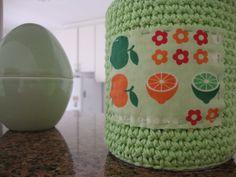 Latinha reciclada com crochê e tecido!  em: http://linhasimaginarias.blogspot.com