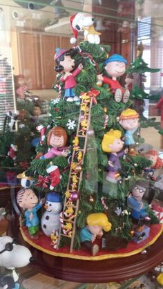 The Peanuts Gang decorating the tree @Carol Van De Maele Van De Maele Cahill ...what a tree!