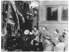 Trotsky on his train near the front-lines Railway Gun, Osprey Publishing, Hammer And Sickle, Union Army, Russian Revolution, Military Units, Old Norse, Red Army, Historia