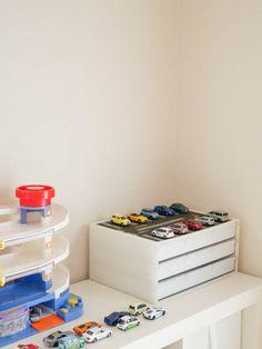 どんどん数が増えるミニカー。子どもの声に耳を傾けたら、自分から進んで片づけてくれる収納法になりました。子どものモチベーションをあげる、遊び心のある仕掛けをプラスするのがポイントです。 Toy Organization, Kid Spaces, Kidsroom, Play Houses, Boy Room, Kids And Parenting, Playroom, Diy And Crafts, Storage