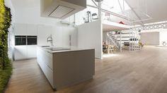 Cocina blanca con isla diseñada por Santos para el nuevo showroom de Espacio Mood en Barcelona