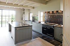 Nostalgische keuken met inductie fornuis. In landelijke en nostalgische keukens hoort zeker een fornuis thuis. In deze grijze nostalgische keuken is een enorm Falcon fornuis geplaatst, op inductie. Falcon