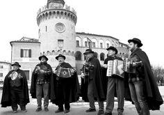Ascoltare i canti tipici dei pasquellanti alla Festa della Pasquella a Montecarotto (AN) il 6 gennaio 2013