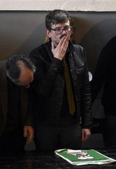 Le dessinateur Luz adresse un baiser de la main après une conférence de presse présentant le numéro post-attentat de Charlie Hebdo, à Paris - Martin Bureau - AFP
