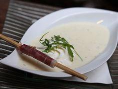 Sýrová polévka z Tyrolska se podává s plátkem dobře vyuzeného tyrolského špeku.