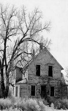 Old Farm House what stories could you tell? Old Abandoned Houses, Abandoned Mansions, Abandoned Buildings, Abandoned Places, Real Haunted Houses, Old Farm Houses, Old Barns, Old Buildings, Country Life