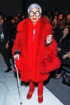 Iris Apfel at the Joanna Mastroianni Fall 2013 fashion show during New York Fashion Week. Ny Fashion Week, Fashion Weeks, New York Fashion, Iris Fashion, Fashion 2017, Couture Fashion, Estilo Fashion, Advanced Style, Ageless Beauty