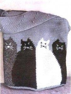 Cute bag with fat cats - вязаная сумка крючком с милыми, толстыми котами. Есть описание вязания и схема на русском: http://vyazanie-sumki.ru/vyazanaya-sumka-meshok-s-kotami-kryuchok/