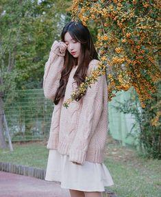 42 Top Korean Girls Oversized Outfits That Make You Look Cute Korean Girl Fashion, Korean Street Fashion, Ulzzang Fashion, Asian Fashion, Korean Photography, Ulzzang Korean Girl, Uzzlang Girl, How To Pose, Korean Outfits