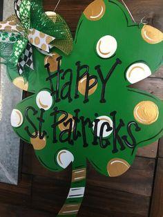 Painted Doors, Wood Doors, Diy Arts And Crafts, Diy Crafts, St. Patrick's Day Diy, Kitchen Ornaments, St Patrick's Day Decorations, Dollar Tree Decor, Wooden Door Hangers