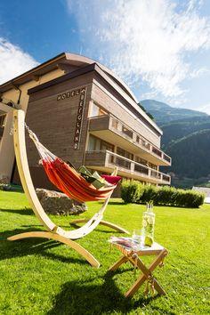 Gartenbereich mit Hängematte Design Hotel, Superior Hotel, Snow Skiing, Berg, Outdoor Furniture, Outdoor Decor, Sun Lounger, Hammock, Farmer