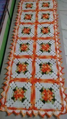 This Pin was discovered by Ima Granny Square Crochet Pattern, Crochet Blocks, Crochet Squares, Crochet Granny, Crochet Motif, Crochet Stitches, Crochet Table Runner, Crochet Tablecloth, Credenzas