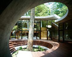 Al tener la fachada de cristal se logra aprovechar la luz natural de este lugar.