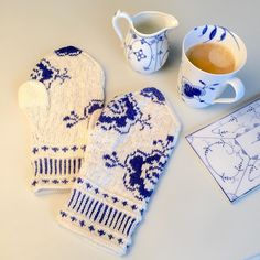 Porcelain Flowers - Mittens inspired by blue and white porcelain. - - Porcelain Flowers – Mittens inspired by blue and white porcelain. Knitted Mittens Pattern, Fair Isle Knitting Patterns, Knit Mittens, Knit Cowl, Knit Socks, Finger Knitting, Loom Knitting, Knitting Machine, Free Knitting
