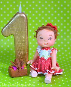 Super delicado - Topo de Bolo Infantil com vela modelados por Andressa Amaral. <br>O seu topo será feito de acordo com suas necessidades e tema da festa. <br> <br>Vela de Aprox. 13cm. <br>Boneca sentada. <br> <br>Verificar disponibilidade da data de entrega antes de comprar.