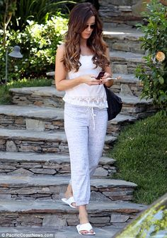 Hey good lookin': Kate Beckinsale leaves her Los Angeles home in casual sweat pants, but still manages to look fantastic Kate Beckinsale Hair, Summer Hairdos, Fashion Gallery, Gorgeous Women, Her Hair, Style Icons, Celebrity Style, Cool Outfits, Fashion Dresses