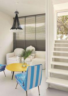 Le canapé en toile blanc de Martin Margiela pour Cerruti Baleri, la table basse (Lema) et le lustre de Rody Grausmans pour Droog Design affirment un esprit vacances.