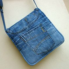 Hippies džíska samá kapsa 7 Originální kabelka z recyrifloviny. V kabelce jsou zakomponovány původní patinované kapsy z džín. Kabelka je podlepena vliselinem, klopa je navíc vyztužena vatelínem (dutým vláknem), takže dobře drží tvar. Pevná károvaná podšívka má kapsu na zip a volnou kapsu, celkem má kabelka 9 různých kapes. Ucho zpevněné skrytým popruhem je ...