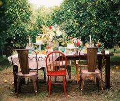 Dining al fresco on mismatched chairs in an orchard. Mesas Shabby Chic, Tables Shabby Chic, Shabby Chic Kitchen, Shabby Chic Decor, Outdoor Dinner Parties, Garden Parties, Party Outdoor, Summer Parties, Outdoor Fun
