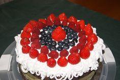 Torta chiffon, farcita con crema pasticcera e crema al cioccolato, decorata con panna montata, fragole, lamponi e mirtilli, biscotti al cioccolato
