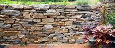 Trockenmauer im Garten bauen