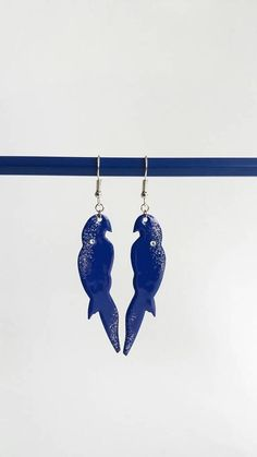 Retrouvez cet article dans ma boutique Etsy https://www.etsy.com/fr/listing/580657747/boucles-doreilles-perroquet-bleu-bijoux