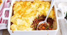 Our easy vegetarian shepherd's pie has a hearty pumpkin and lentils filling and is topped with a super cheesy mash. It'll be a new family favourite dinner in no time at all! Shepherds Pie Rezept, Cheesy Mashed Potatoes, Dash Diet, Tray Bakes, Easy Dinner Recipes, Easy Dinners, A Food, Food Processor Recipes, Cooking Recipes