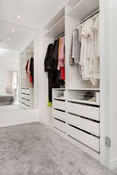 Master bedroom closet behind bed mirror Ideas Small Walk In Wardrobe, Walk In Wardrobe Design, Bedroom Closet Design, Master Bedroom Closet, Small Closets, Closet Designs, Mirror Bedroom, Walk In Closet Ikea, Entryway Closet