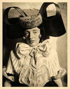 Bückeburg, Germany via NoYouShutUp Folklore, Old Photos, Vintage Photos, Vintage Portrait, Folk Costume, Costumes, Big Bows, Headdress, Wedding Day