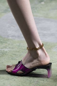 Versace Spring 2020 Fashion Show Details. All the fashion runway close-up details, shows, and handbags from the Versace Spring 2020 Fashion Show Details. Vogue Paris, Flat Sandals Outfit, Shoe Recipe, Edgy Shoes, Runway Shoes, Versace Shoes, Milano Fashion Week, Milan Fashion, Active Wear For Women
