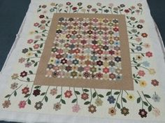 Hexagon Garden Quilt (From Pomegranate and Chintz) - Beautiful Setting Hexagon Patchwork, Hexagon Quilt, Patchwork Ideas, Quilting Projects, Quilting Designs, Quilt Design, Flower Quilts, Quilt Border, English Paper Piecing