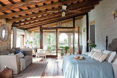Un dormitorio deslumbrante  Bajo las imponentes vigas de pino del techo inclinado se ha creado un lugar luminoso y acogedor. Con un cómodo s...