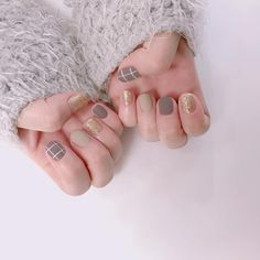 Stunning Grey Nail Art For This Winter Ideas Gray nail art designs are far fancier than you can imagine, it is a mere fact that they look neutral but stylish and elegant. Grey Nail Art, Gray Nails, Neutral Nails, Nail Swag, Trendy Nails, Cute Nails, Korean Nail Art, Round Nails, Short Nails Art
