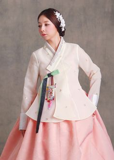 Korean Traditional Dress, Traditional Fashion, Traditional Dresses, Dress Brukat, Party Dress, Kimono Fashion, Modest Fashion, Hanbok Wedding, Korea Dress