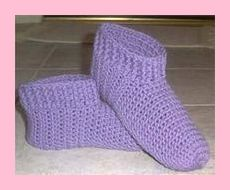 Der Neuen Ribbed Slippers - This is one of my favorite free patterns for crochet slippers Easy Crochet Slippers, Crochet Slipper Boots, Slipper Socks, Loom Knitting, Knitting Patterns, Crochet Patterns, Crochet Design, Gilet Crochet, Knit Crochet