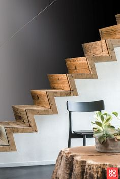Luxe trap met houten treden en glazen leuning