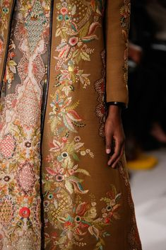 Valentino Spring 2015 Couture Collection Fashion Show Details– Couture Mode, Style Couture, Couture Details, Fashion Details, Couture Fashion, Runway Fashion, Fashion Design, Paris Fashion, Couture Embroidery