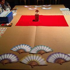 Традиционная японская забава - раскрытым веером сбить фигуру продвинутый уровень - уложить ее в нужном направлении. #веер #веера #Япония #игры #игра #играем #Киото #Япония #развлечения