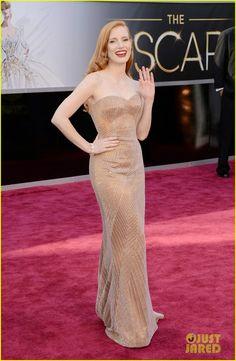 Jessica Chastain digadang akan menang Oscar malam ini. Oleh karenanya ia sudah menyiapkan penampilan terbaiknya dalam gaun Armany Prive.