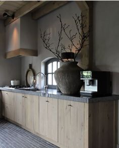 Browse photos of Small kitchen designs. Discover inspiration for your Small kitchen remodel or upgrade with ideas for organization, layout and decor. New Kitchen Cabinets, Kitchen Flooring, Kitchen Furniture, Kitchen Interior, Kitchen Walls, Rustic Kitchen, Country Kitchen, Diy Kitchen, Timber Kitchen